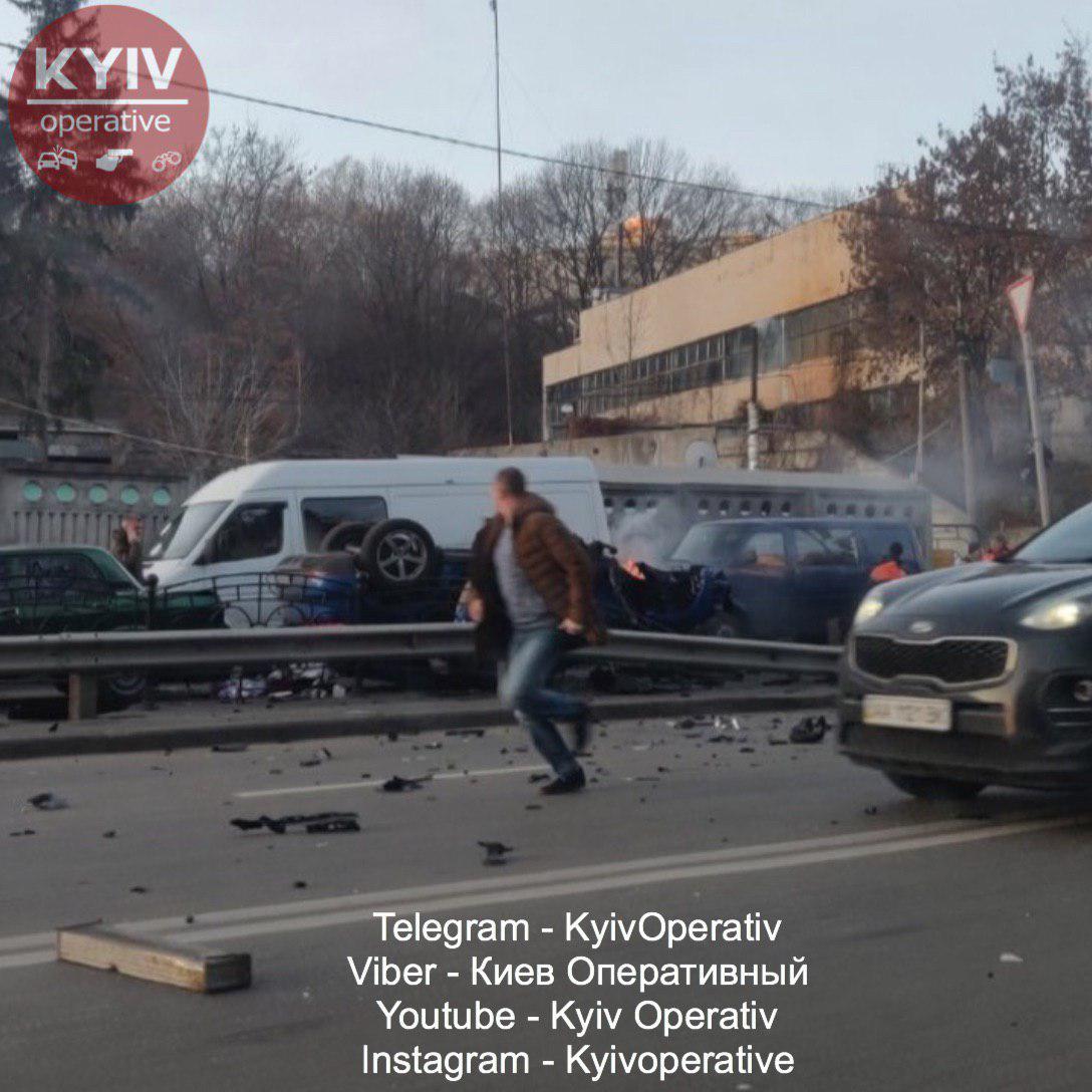 ДТП у Києві: Porsche зніс світлофор, відбійник і протаранив два авто. Фото: Київ Оперативний