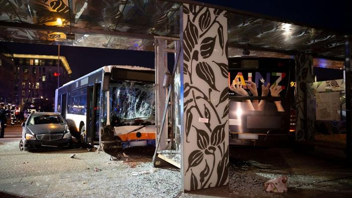 В Германии неуправляемый автобус спровоцировал масштабное ДТП с жертвами. Фото: bild.de