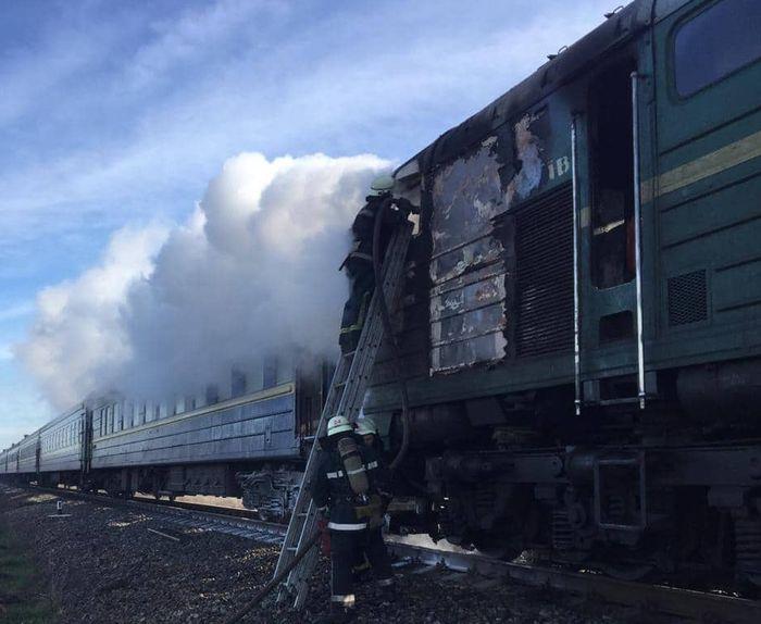 Ліквідація загоряння тепловозу пасажирського потягу «Харків - Херсон». Фото: ДСНС