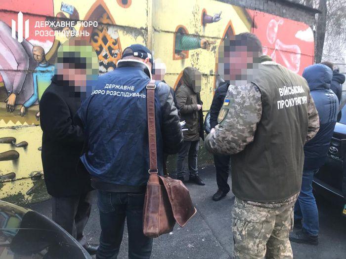Затримання чиновника. Фото: ДБР