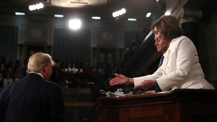 Дональд Трамп відмовився потиснути руку Ненсі Пелосі. Фото: RT