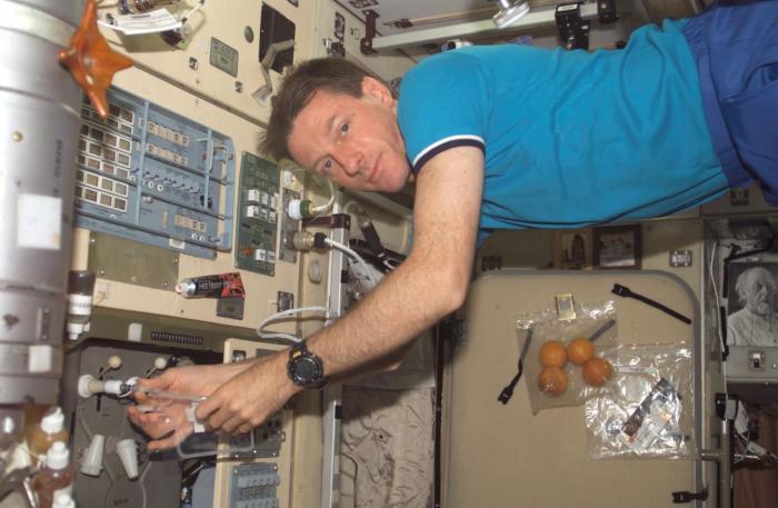 Астронавт у системы подачи воды на Международной космической станции, фото: NASA
