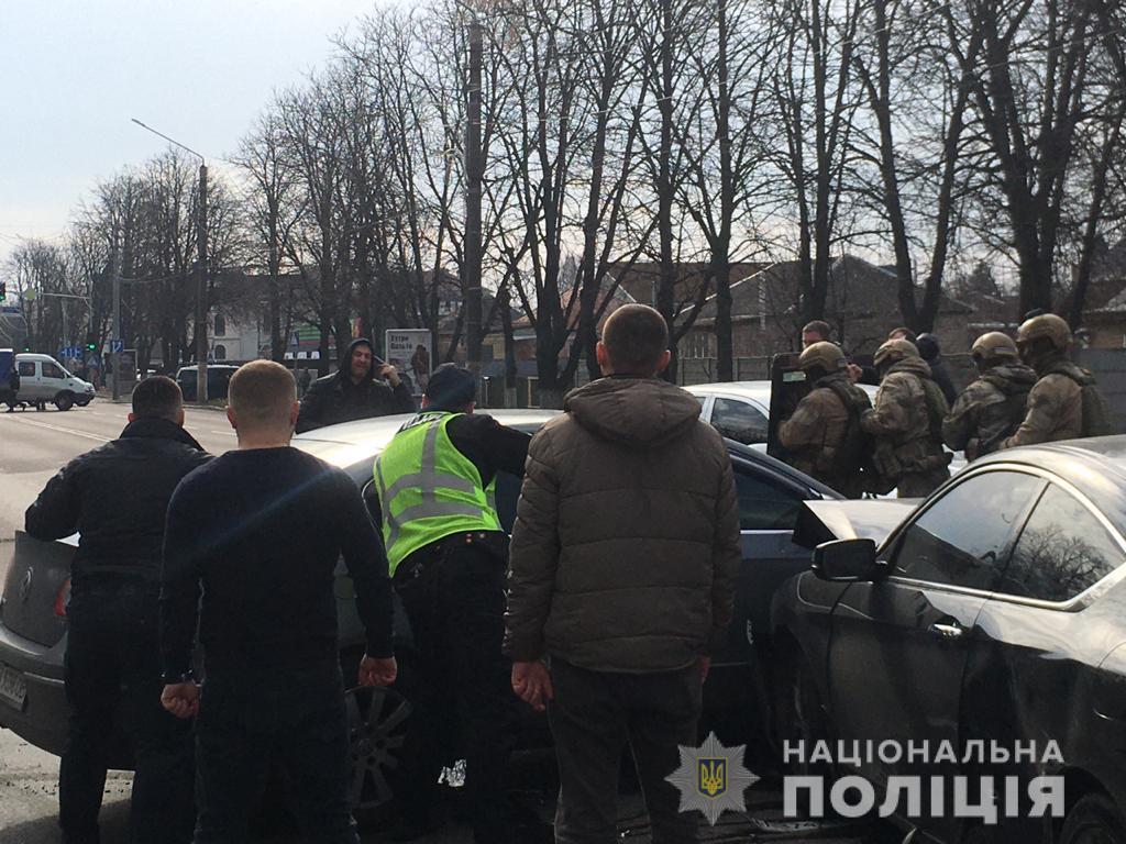 Під Києвом водій-порушник погрожував застрелитися посеред вулиці, є травмовані. Фото: Нацполіція