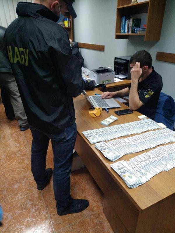 Податківець і адвокат погоріли на хабарі в 50 тис. доларів. Фото: НАБУ
