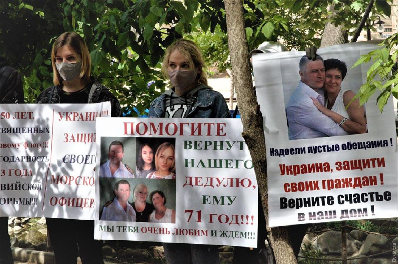Родственники моряков провели акцию протеста. Фото: Думская