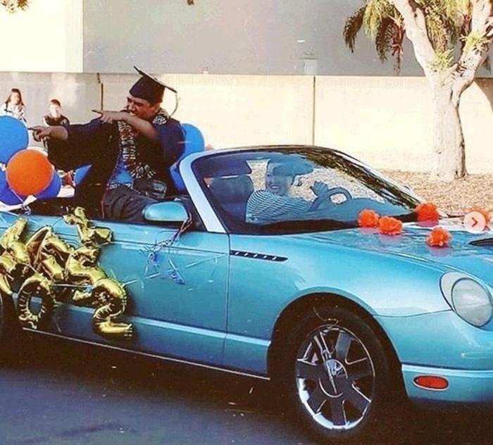 Коронавірус у США зробив популярними автомобільні випускні. Фото: Facebook