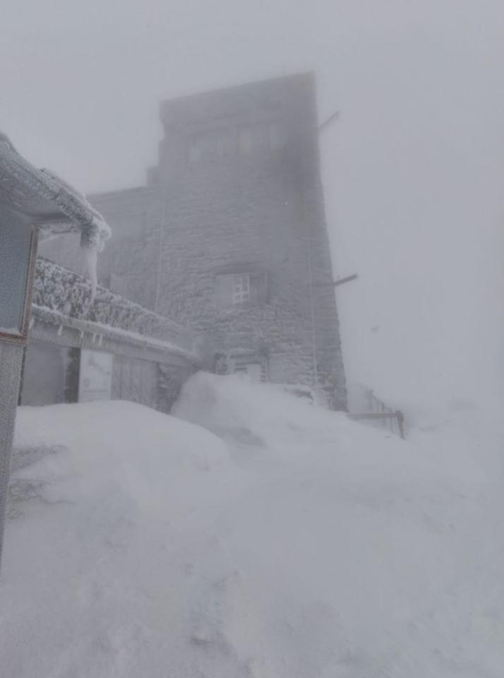 Сніг у Карпатах: хуртовини знову засипають гору Піп Іван, фото — ДСНС