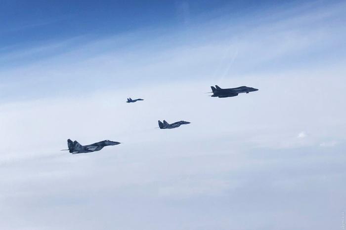 Українські винищувачі супроводжували бомбардувальники США над Чорнимо морем. Фото: Думська