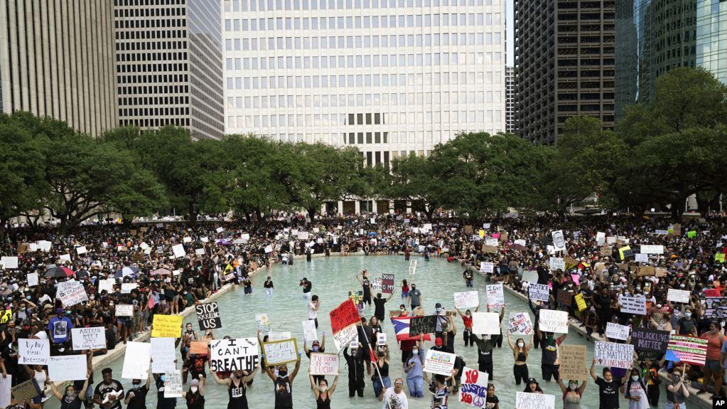 Протести у США, день дев'ятий: 10 тис. арештованих, комендантська година та поліція на колінах