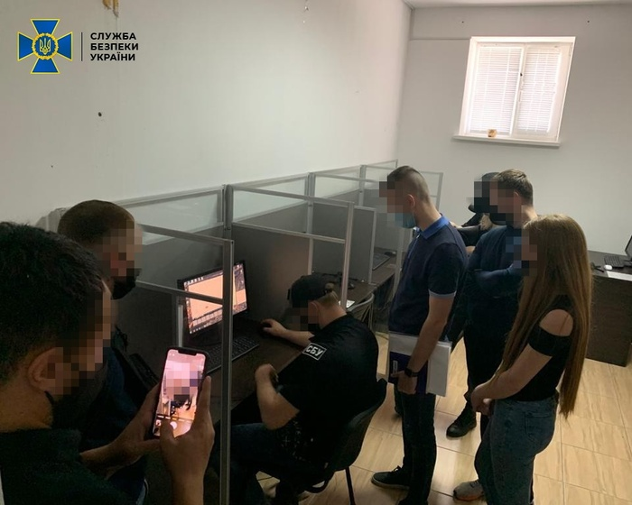 Нелегальний call-центр у Сєвєродонецьку обслуговував російський бізнес. Фото: СБУ
