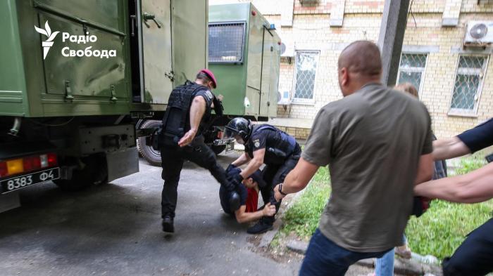 Столкновения под Шевченковским райсудом: фото: «Радіо Свобода»