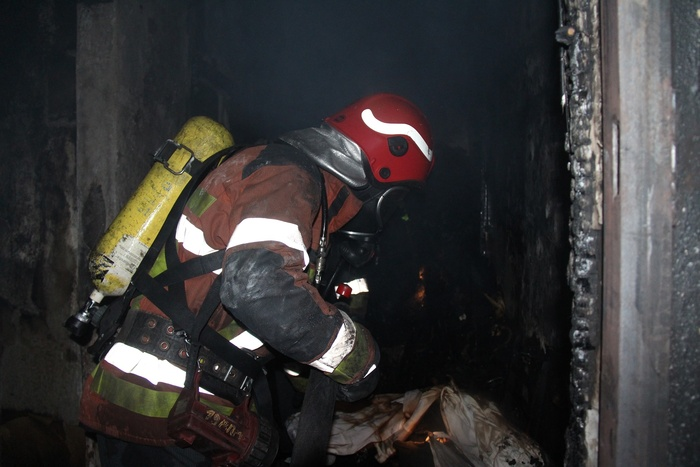 Нічна пожежа спалахнула в житловій багатоповерхівці Києва. Фото: ДСНС
