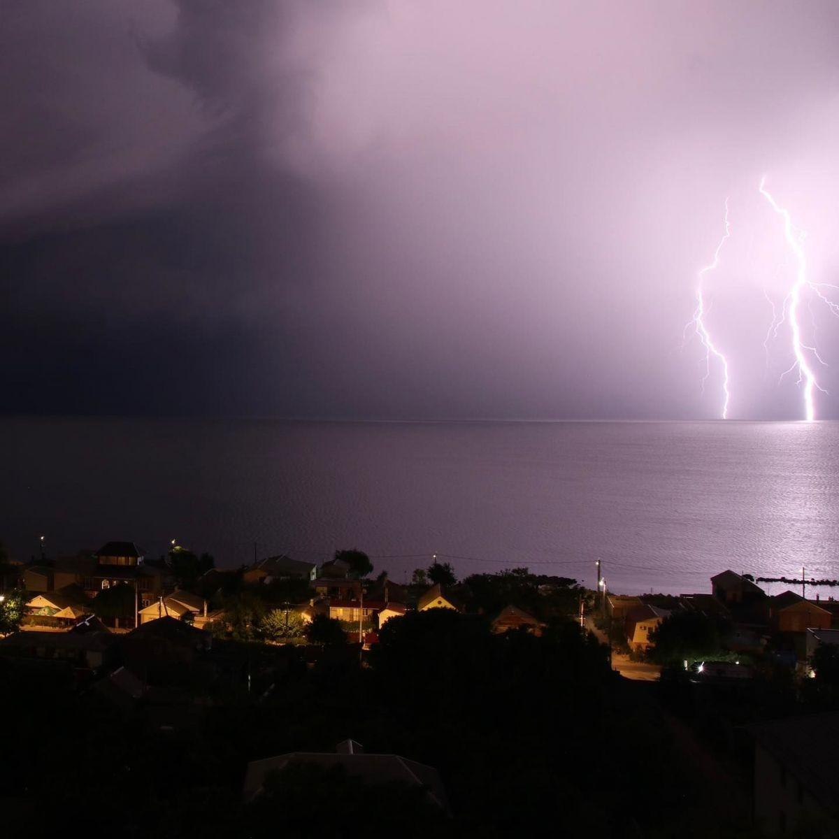 Молния над Азовским морем. Фото: Facebook