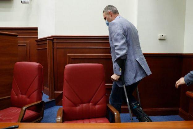 Виталий Кличко на костылях. Фото: BBC Украина