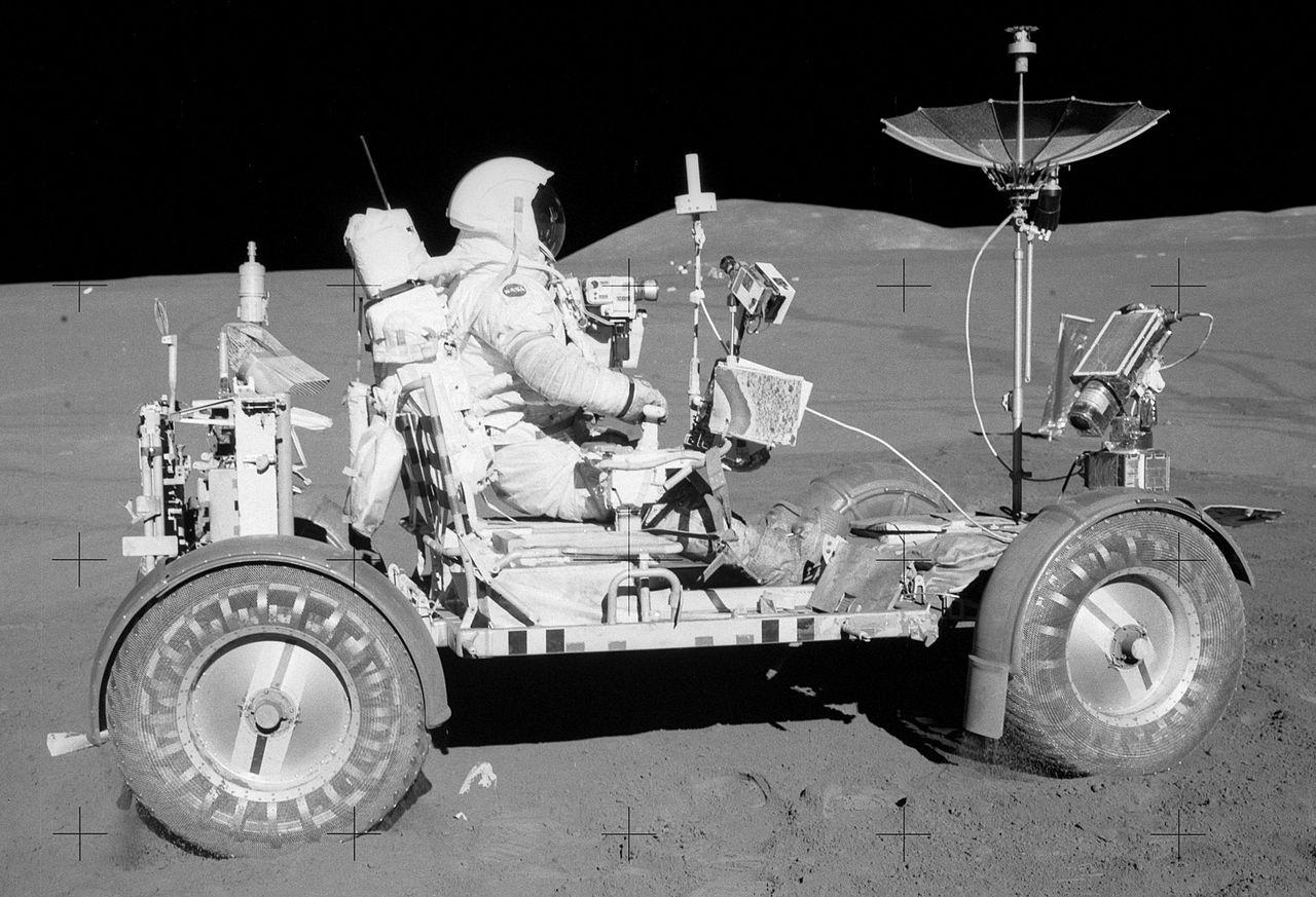 Дэвид Скотт, командир корабля «Аполлон-15», за рулем Lunar Roving Vehicle, фото: «Википедия»