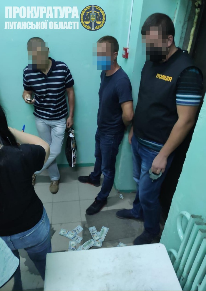 Понад 360 тис. грн вимагав чиновник у пораненого воїна ООС на Луганщині. Фото: Офіс генпрокурора