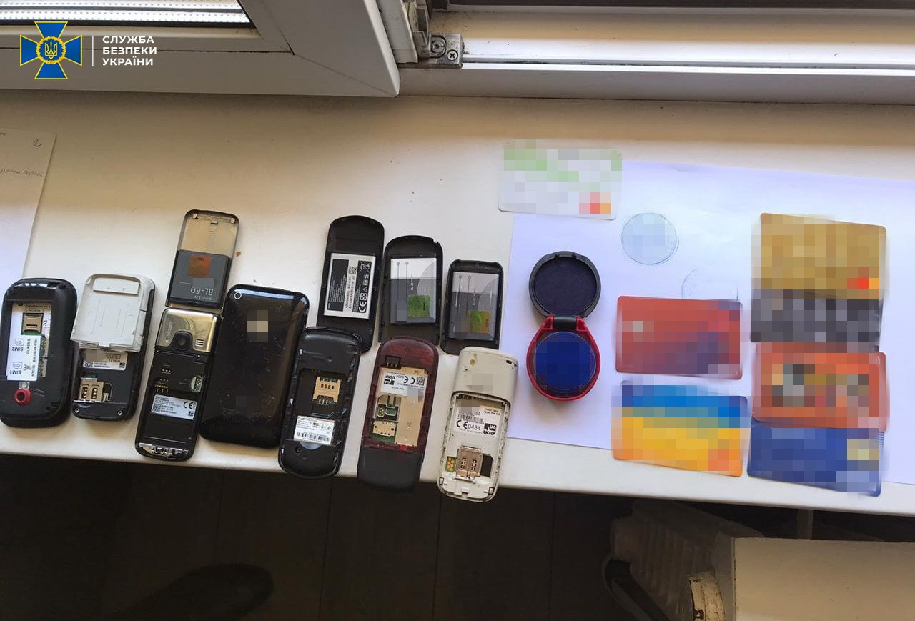Телефоны и карточки, которым пользовались организаторы. Фото: СБУ