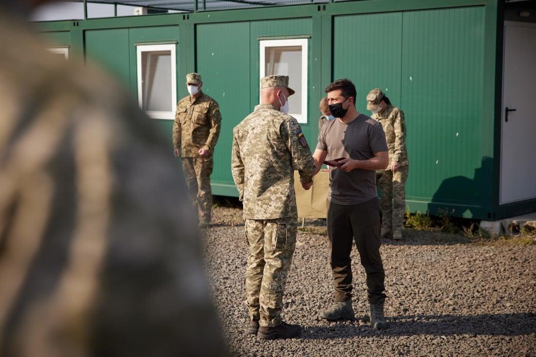 Зеленский вручил награды военным. Фото: пресс-служба ОП