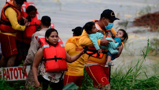 Евакуація людей через шторм. Фото: BBC