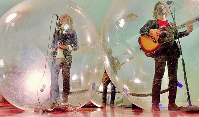 Исполнители в пузырях. Фото: BBC