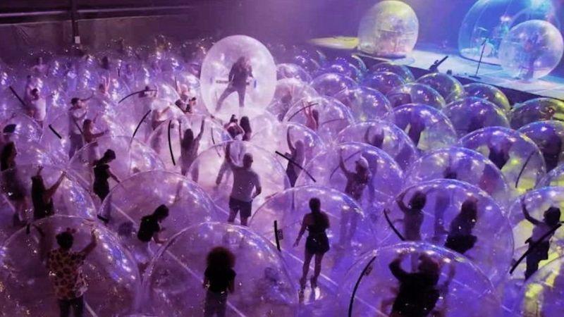 Концерт в пузырях. Фото: BBC