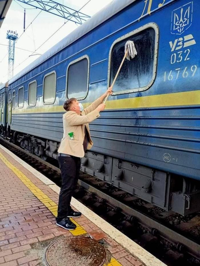 Пасажир з Данії намагався відмити вікно потяга «Укрзалізниці», фото: Йоханес Вамберг Андерсен