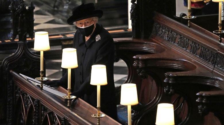 Королева на похоронах. Фото: CNN