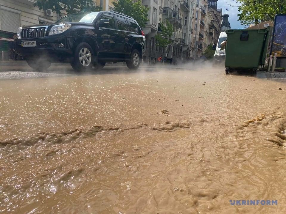 Кипяток затопил центр Киева. Фото: Укринформ