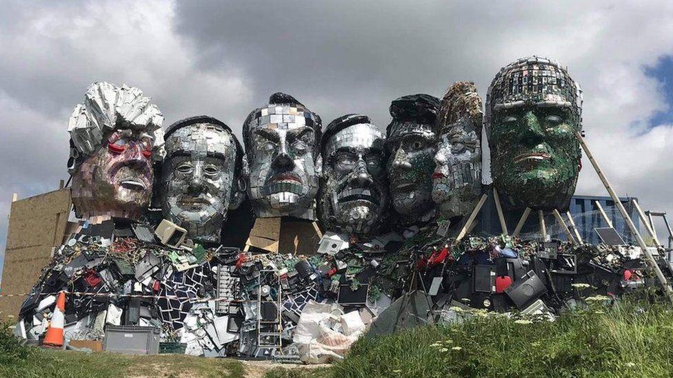 Скульптуру с головами Байдена, Меркель и Джонсона слепили из отходов. Фото: BBC