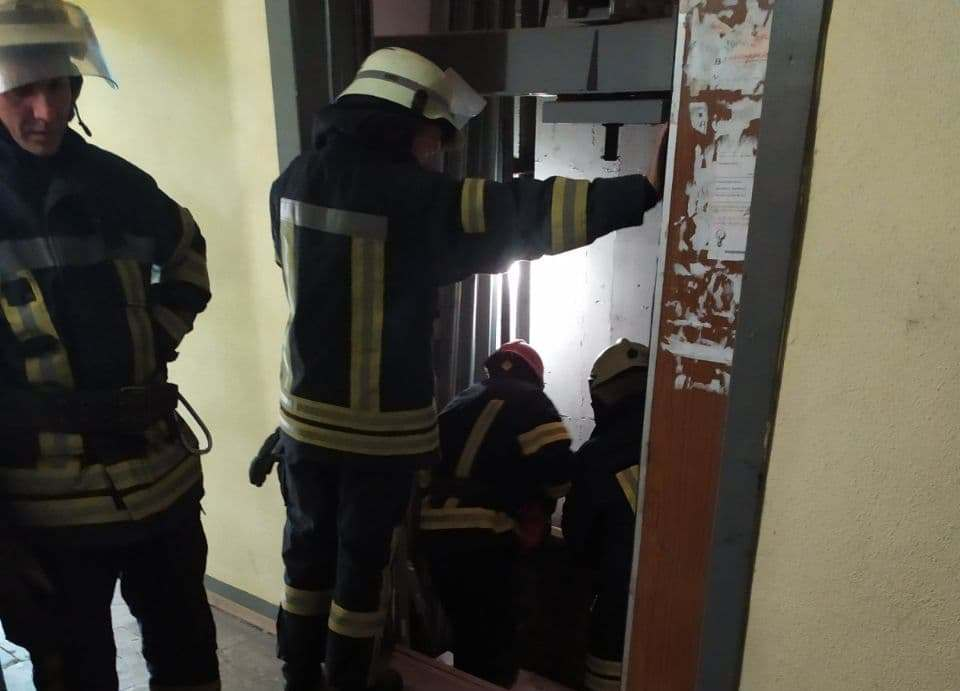 Лифт с человеком оборвался в Киеве. Фото: ГСЧС