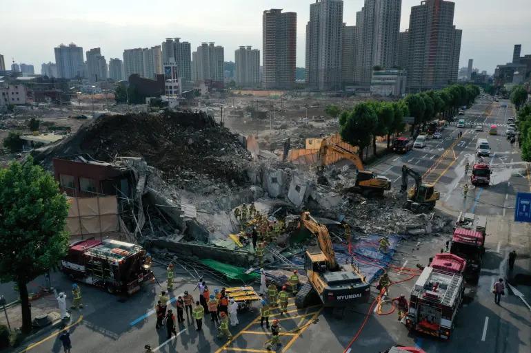 Пятиэтажка упала на автобус с людьми в Южной Корее. Фото: AFP