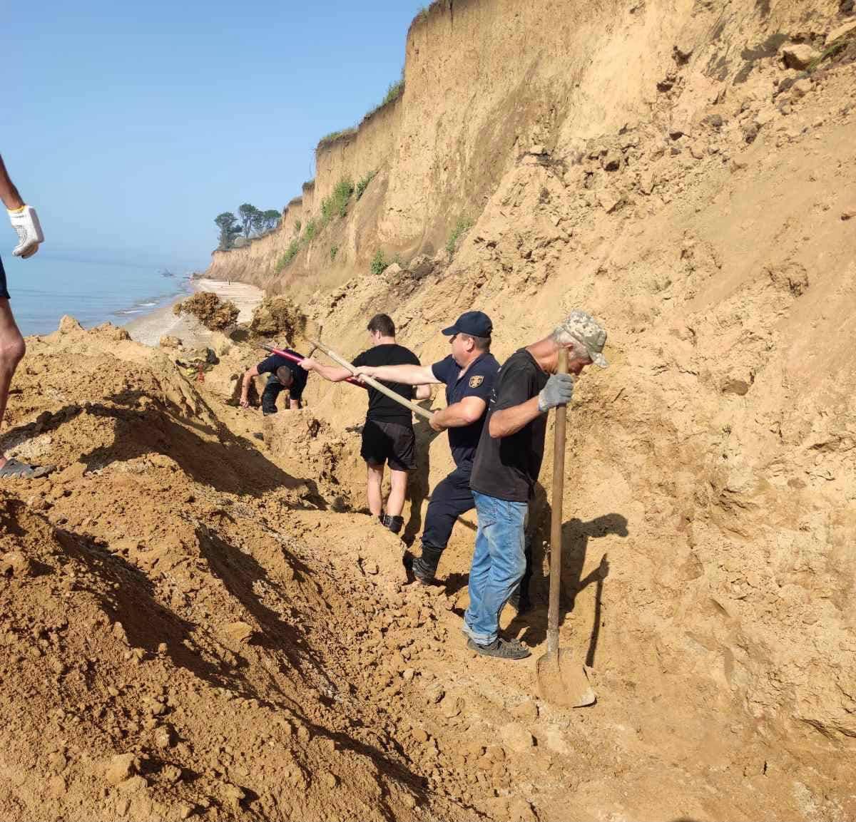 Спасатели раскапывают женщину на Одесчине. Фото: ГСЧС