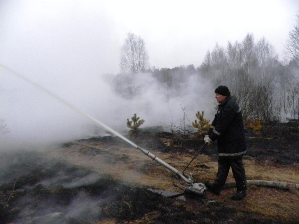 На месте пожара торфяника спасатели работают круглосуточно. Фото пресс-службы ГСЧС