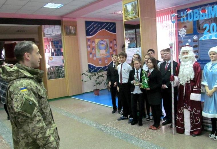 Украинские военнослужащие возьмут шефство над мариупольскими школами. Фото пресс-службы Минобороны