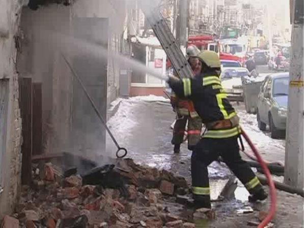 На ул. Дмитриевской в Киеве загорелся деревянный дом, обложенный кирпичом. Фото пресс-службы ГСЧС