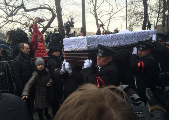 Попрощатися з Нємцовим до Сахаровського центру прийшло дуже багато людей. Фото BojanowskiW