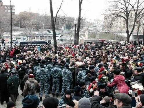 Громадська панахида проходила біля Сахаровського центру, в якому стояла труна з тілом Нємцова. Фото Twitter