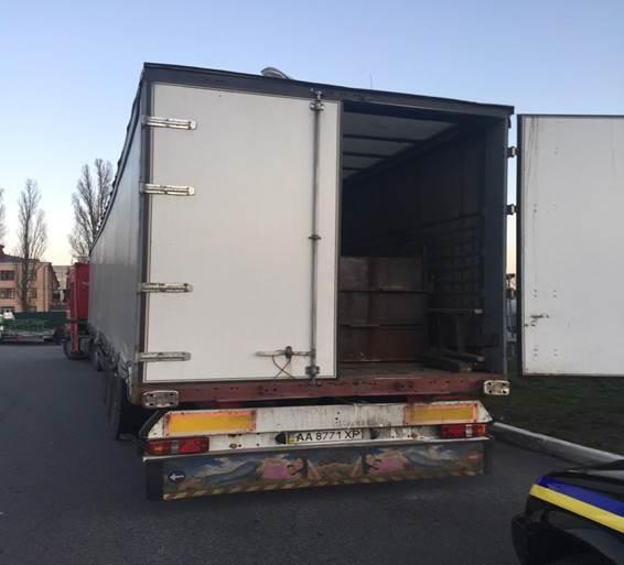 Во время осмотра грузовика было обнаружено 20 тыс. л фальсификата. Фото пресс-службы Дарницкого отделения милиции Киева