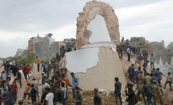 Тела извлекают из-под обломков рухнувших зданий в Катманду. Фото ВВС