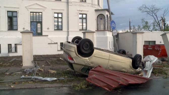 В немецком городе Бютцов сильный ветер перевернул много машин, пострадали люди. Фото АР