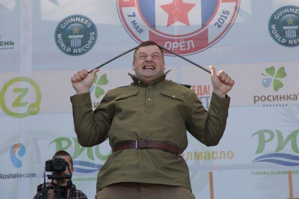 """""""Умом Россию не понять"""": російський чиновник не вперше ставить рекорд по згинанню прутів на голові. Фото з відкритих джерел"""