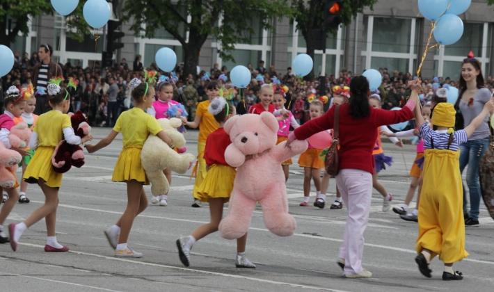 """До військового параду в Луганську не побоялися залучити дітей. Фото з сепаратистського сайту """"Луганський інформаційний центр"""""""
