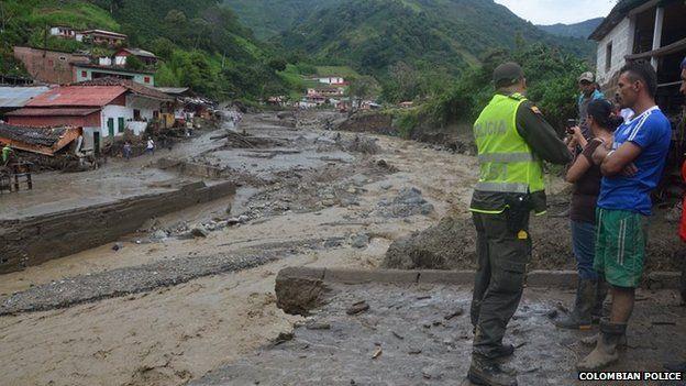 Потоки грязи и камней разрушили много домов в провинции Колумбии.