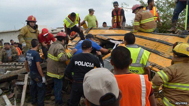 Спасатели ищут жертв торнадо в Мексике под завалами 750 поврежденных домов.