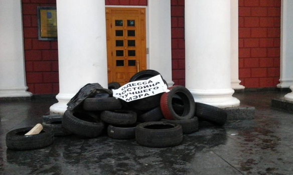 ВОдессе митингующие заблокировали строение мэрии