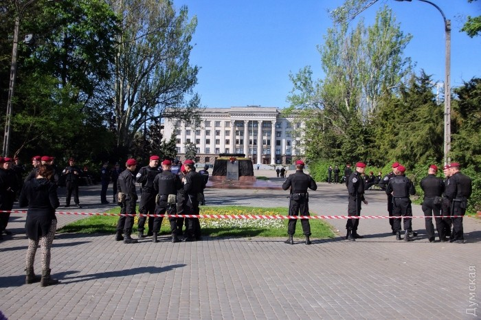 Одесситы сцветами пробуют пробиться через оцепление милиции наКуликовом поле
