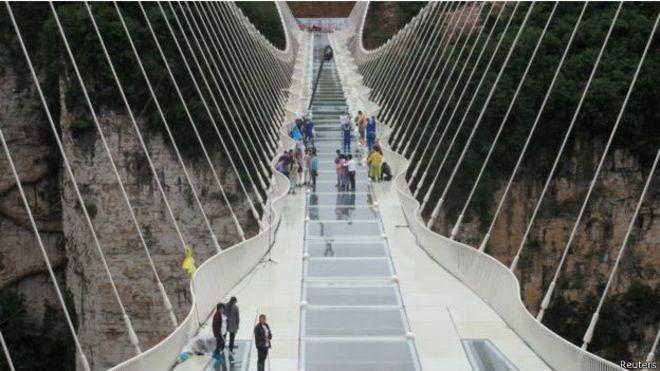 Самый длинный вмире стеклянный мост откроется 20августа в КНР