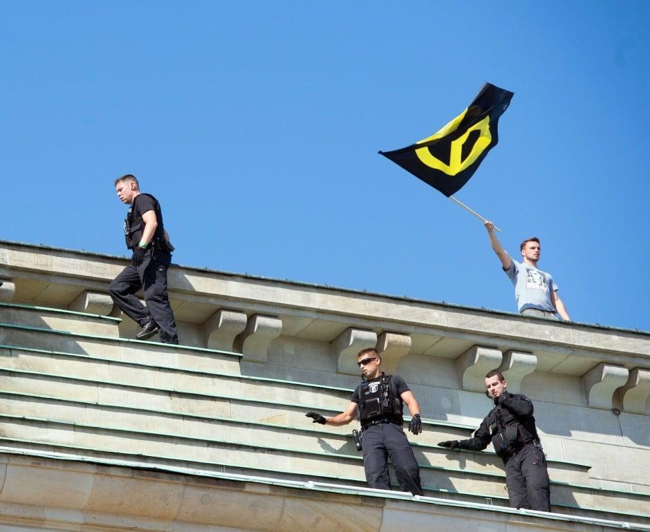 Германские радикалы протестовали против неконтролируемой миграции ивзобрались наБранденбургские ворота
