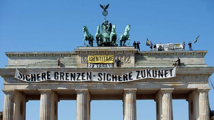 Активисты вБерлине забрались наБранденбургские ворота взнак протеста