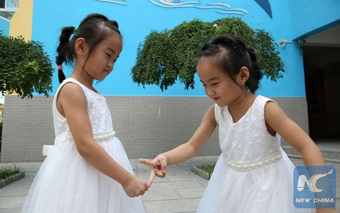 Вкитайскую школу пошли сразу семь пар близнецов